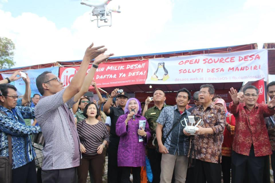rudiantara terbangkan drone desa