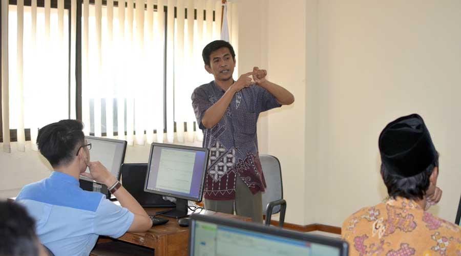 Andri Johandri, memperkenalkan CMS Wetren dalam workshop ISRA2