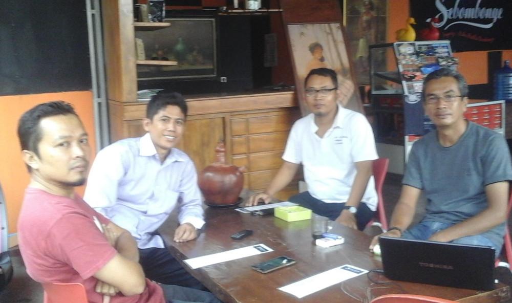 Direktur Gedhe Foundation, Yossy Suparyo (kaos putih) berdiskusi strategi pengembangan koperasi konsumen bersama para pegiat pemberdayaan desa.